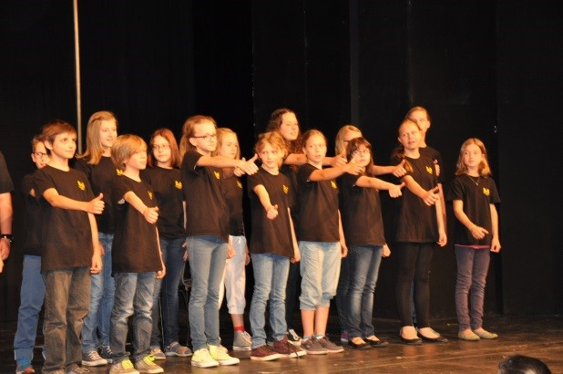Auftritt des Chores im Rahmen der Vorführung der Theatergruppe