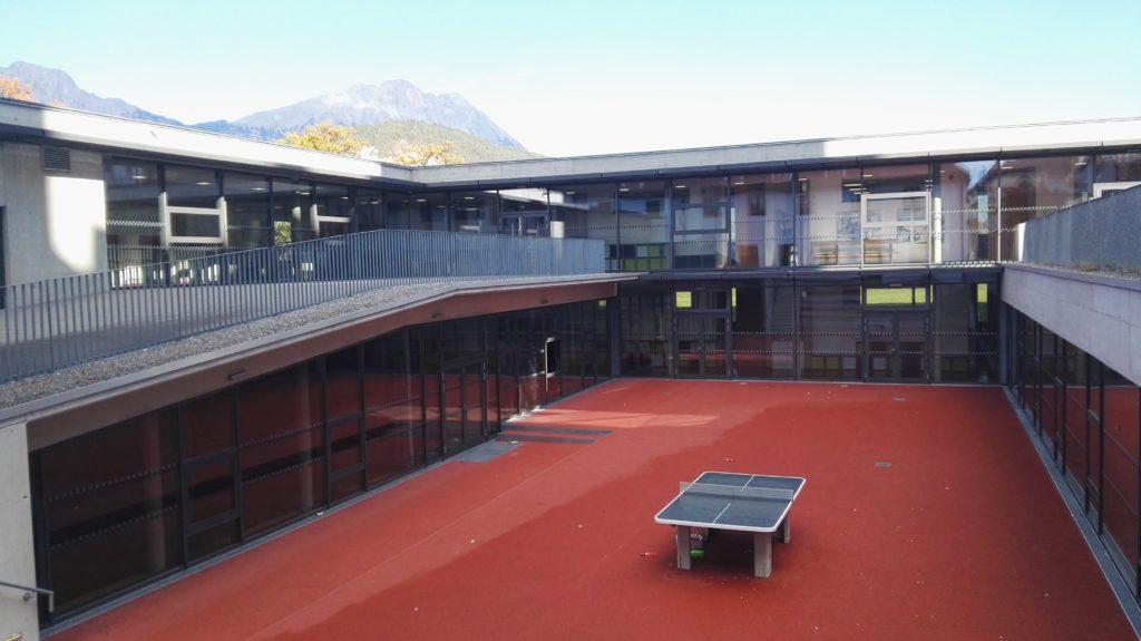 Roter Platz mit Blick auf die neue Aula und den Neubau
