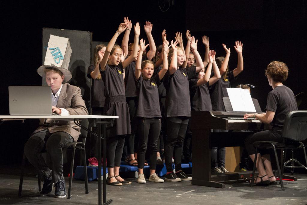 Die musikalische Umrahmung übernimmt der Schulchor.