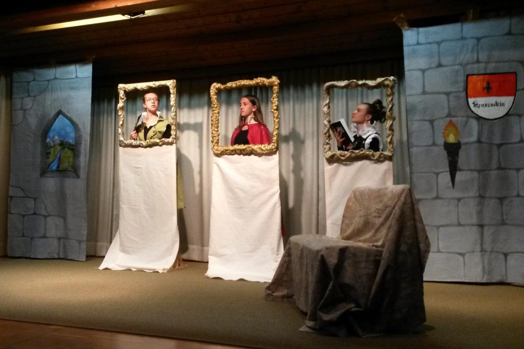 Die Bühnenbilder wurden im BE-Unterricht gestaltet.