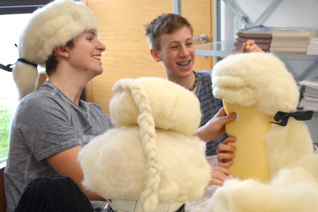 Die Kostüme werden von den Schülerinnen und Schülern selbst gefertigt.