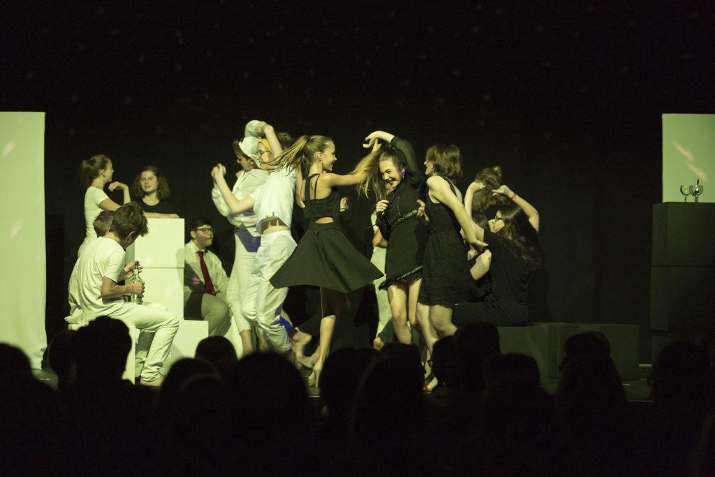 """Bei der Aufführung """"No (b)ordrs"""" (2018) wurde auf der Bühne das Tanzbein geschwungen."""