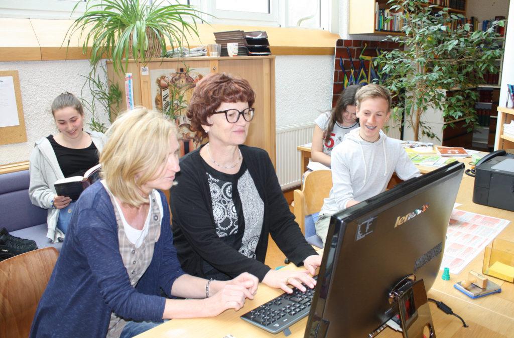 Mag. Barbara Gstrein und Mag. Helga Reichsöllner betreuen die Schulbibliothek.