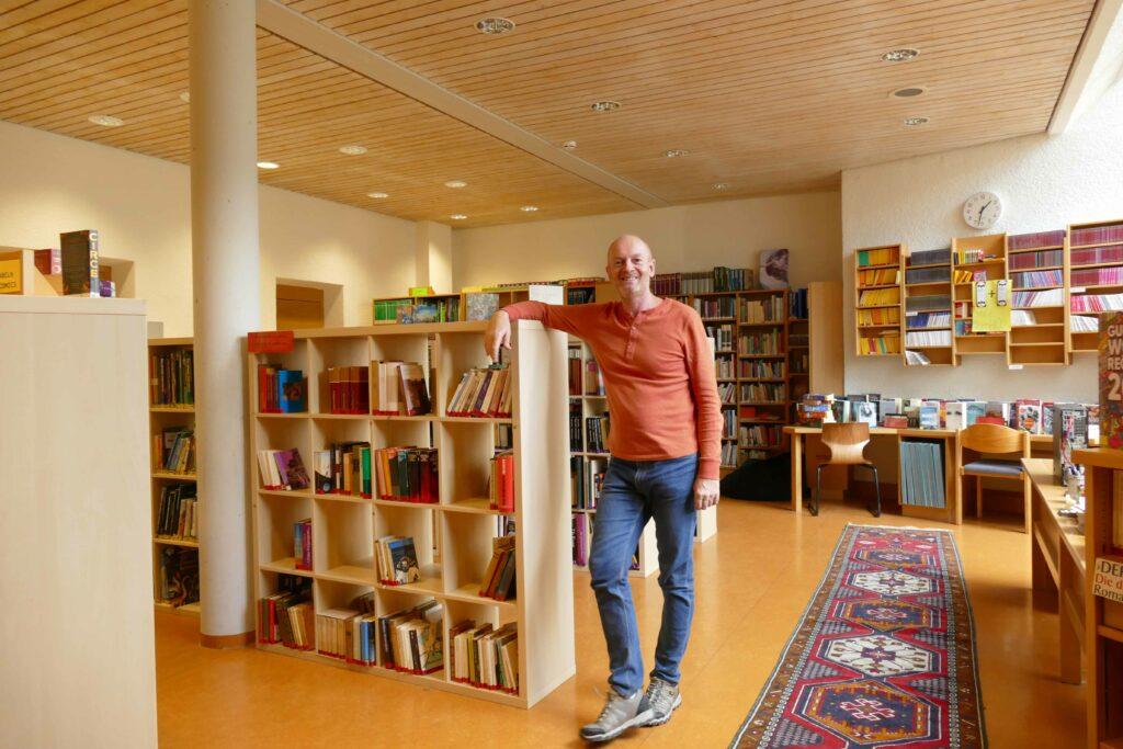Mag. Markus Föger freut sich über Besuch in der Bibliothek.