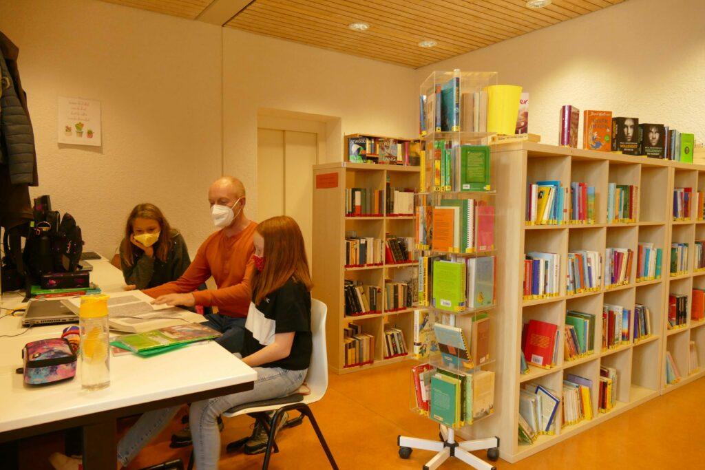 In der Bibliothek stehen zwei Computerarbeitsplätze für Schülerinnen und Schüler zur Verfügung.