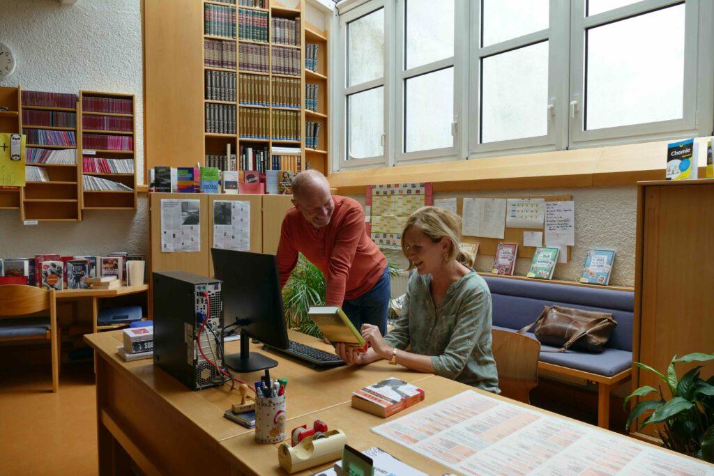 Mag. Barbara Gstrein und Mag. Markus Föger betreuen die Schulbibliothek.
